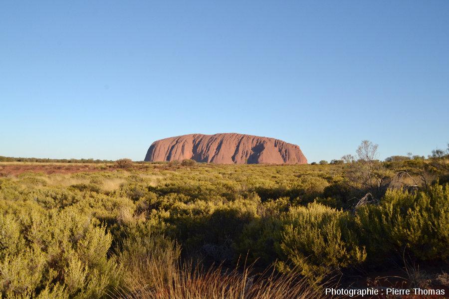 Uluru vu depuis le Nord-Ouest et en direction du Sud-Est, au coucher du soleil