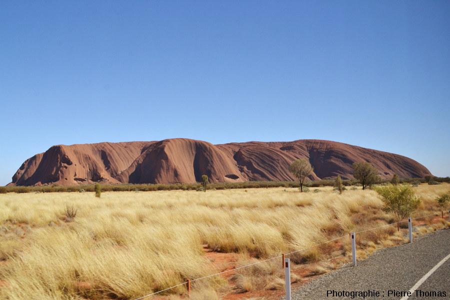 Vue rapprochée d'Uluru prise en direction du Nord au lever du soleil