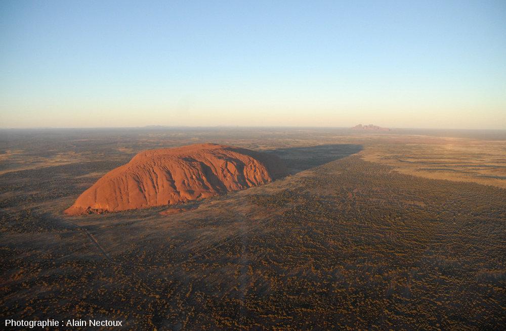 Vue d'hélicoptère montrant la face Nord-Nord-Est (au soleil) d'Uluru