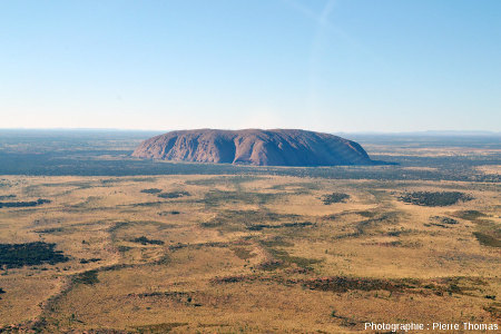 Vue d'hélicoptère montrant les faces Nord-Nord-Est (au soleil) et Nord-Ouest (à l'ombre) d'Uluru