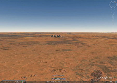 La solitude d'Uluru au milieu de l'outback australien