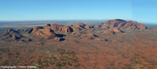 Vue générale des monts Kata Tjuta (anciennement Monts Olga) dans le centre australien, vue prise d'hélicoptère depuis le Nord (l'Ouest est à droite)
