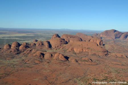 Les inselbergs centraux des Kata Tjuta vus d'hélicoptère depuis le Nord, Australie centrale