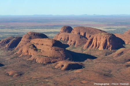 Les inselberg centraux des Kata Tjuta vus d'hélicoptère depuis le Nord, Australie centrale