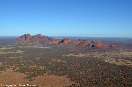 Les Kata Tjuta vus d'hélicoptère depuis le Sud Est (l'Ouest est à gauche), Austalie centrale