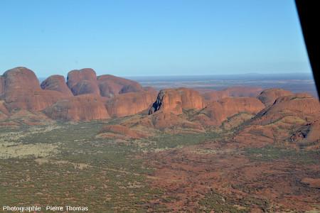 Les Kata Tjuta vus d'hélicoptère depuis le Sud Est (l'Ouest est à gauche), Australie centrale