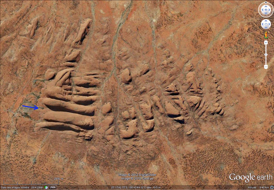 Vue verticale montrant le réseau de diaclases évidées qui fractionne l'ensemble rocheux des Kata Tjuta, 7 x 3,5km, en 36 dômes-inselbergs isolés