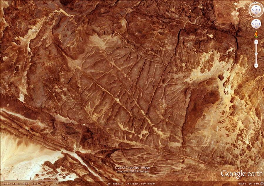 Un autre exemple de massif gréseux affectés par un réseau de diaclases, région de Djanet, Tassili n'Ajjer, Algérie