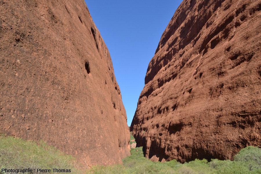Vue en enfilade de la Vallée des Vents dans les Kata Tjuta