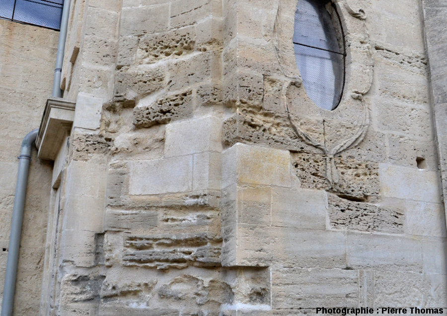 Vue d'ensemble et de détail d'un mur de l'église Saint Étienne d'Uzès particulièrement attaqué par l'érosion alvéolaire avec de superbes taffonis sensu lato