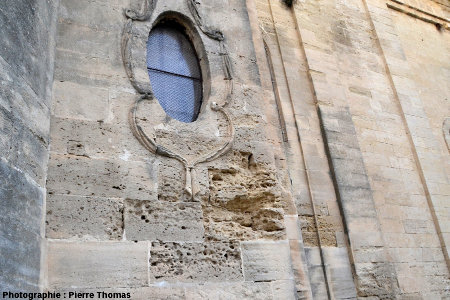 Autre secteur de l'église Saint Étienne d'Uzès particulièrement attaqué par l'érosion alvéolaire