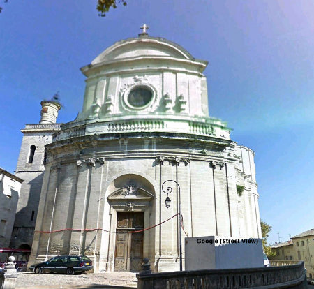La façade de l'église Saint Étienne d'Uzès