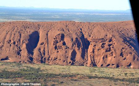 """Vue """"rapprochée"""", par hélicoptère, des taffonis de la face NE d'Uluru, Australie"""