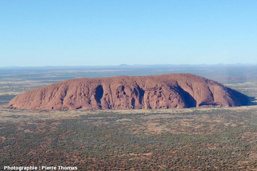 """Vues """"éloignées"""", par hélicoptère, des taffonis de la face NE d'Uluru, Australie"""