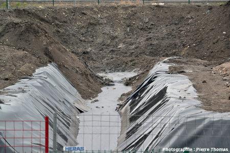 Gros plan sur le jaillissement de pétrole dans le petit bassin de sortie tel qu'on le voyait le 12 janvier 2013