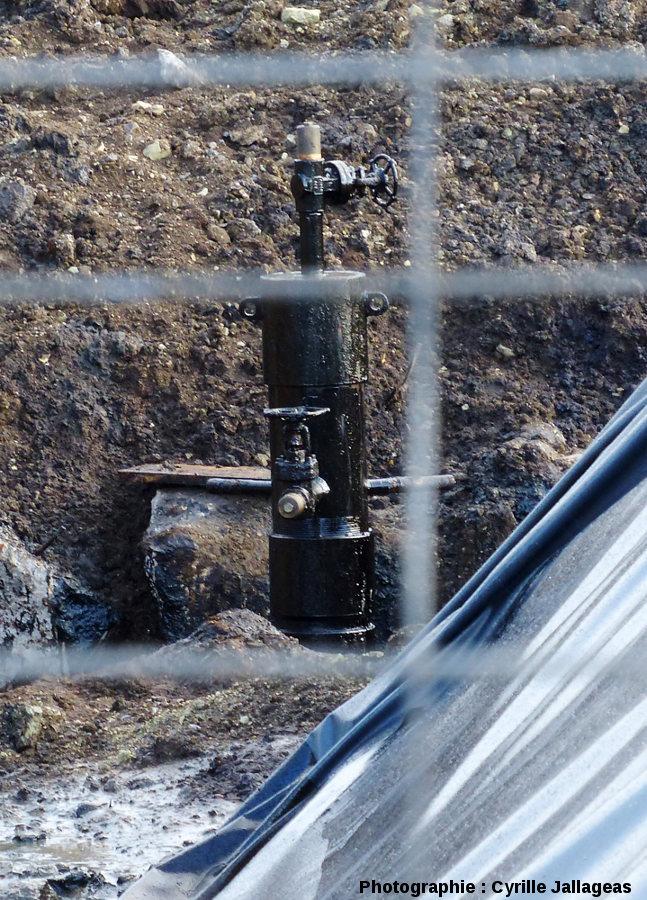 Tête de forage à deux vannes mise en place sur l'ancien puits pour stopper l'émission de pétrole