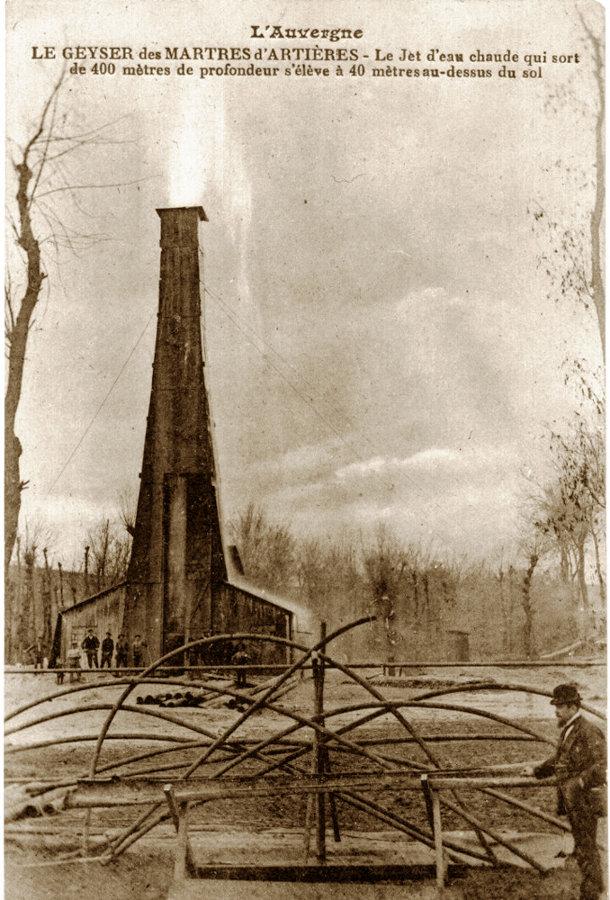 Carte postale ancienne (1919) montrant le forage des Martres d'Artières pendant une phase de jaillissement