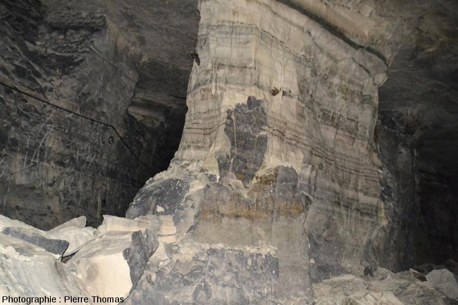 Les exploitants de carrières creusent des galeries relativement étroites, séparées les unes des autres par des cloisons ou des piliers, pour éviter l'affaissement de toute la colline sus-jacente