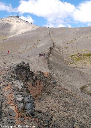 Dyke basaltique en Patagonie argentine, au pied du Cerro Zeballos, sur le bord de la route provinciale 41