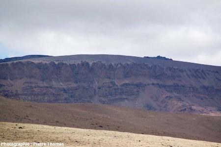 La falaise basaltique qui constitue le sommet de la Meseta del Lago Buenos Aires, alimentée par les dykes