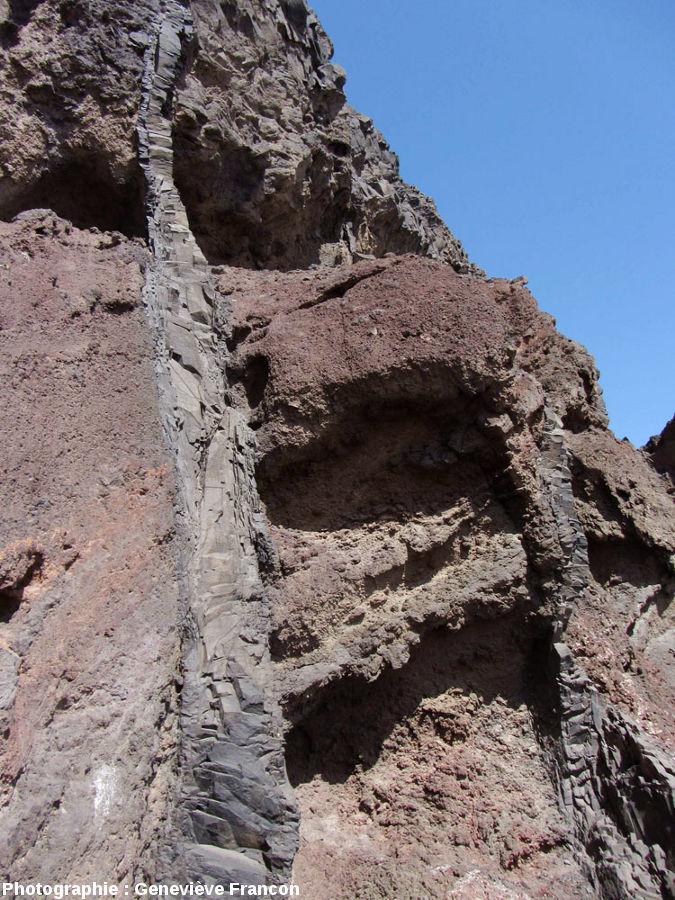 Vue d'ensemble d'un dyke à la prismation presque absente, Sao Vincente, Cap Vert