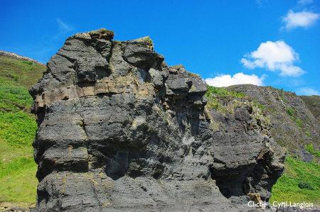 Sill basaltique sub-horizontal (couleur bronze), inséré dans les pélites noires, île de Skye, Écosse