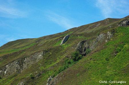 """Sills et dykes basaltiques """"classiques"""", plus résistants à l'érosion que les roches dans lesquelles ils se sont introduits, île de Skye, Écosse"""
