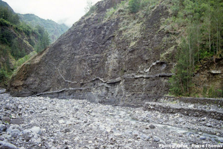 Sills basaltiques intrusifs dans un ensemble de coulées et de pyroclastites, vallée de la Rivière des Fleurs Jaunes, cirque de Salazie, île de La Réunion