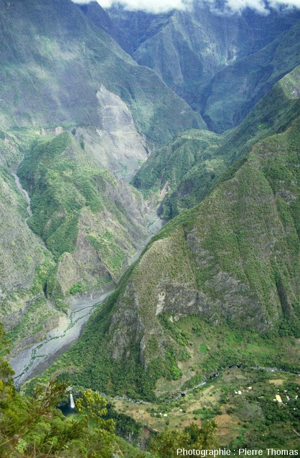 Vue d'ensemble de la vallée du Bras des Roches Noires depuis le belvédère de Bois Court, île de La Réunion