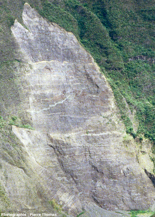 Zoom sur l'arrachement de la figure précédente, montrant que le flanc Est du Piton des Neiges est fait d'un empilement de dizaines de couches de basalte