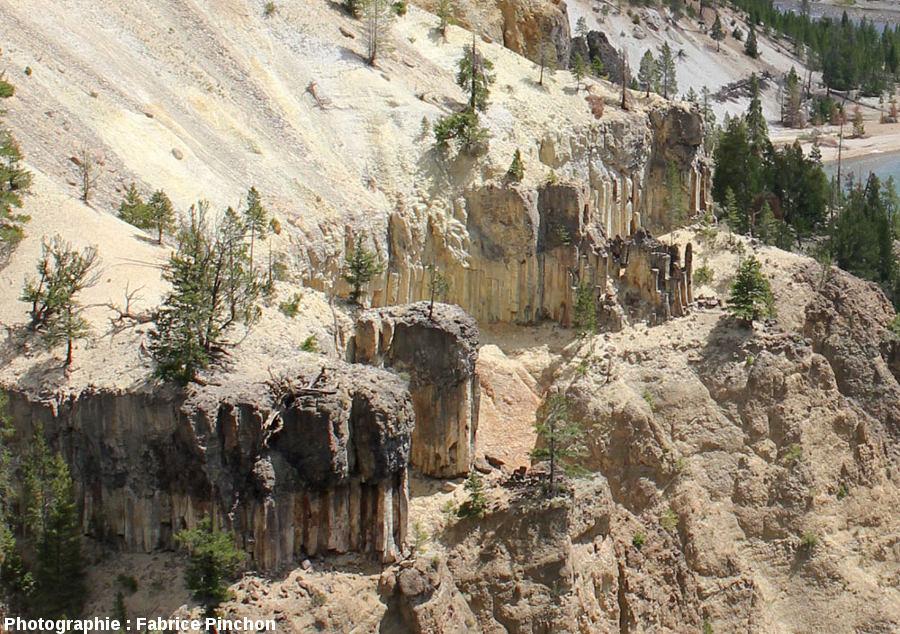 Coulée inférieure présentant la structure caractéristique des coulées de lave avec, de bas en haut colonnade, entablement (plus ou moins visible) et fausse colonnade
