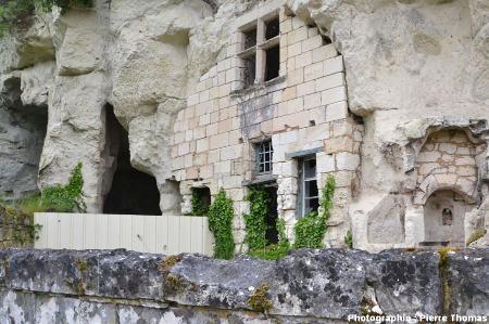 """Une ancienne habitation troglodytique maintenant abandonnée mais dans un état encore """"acceptable"""" sur la rive gauche de la Loire entre Montsoreau et Saumur (Maine et Loire)"""