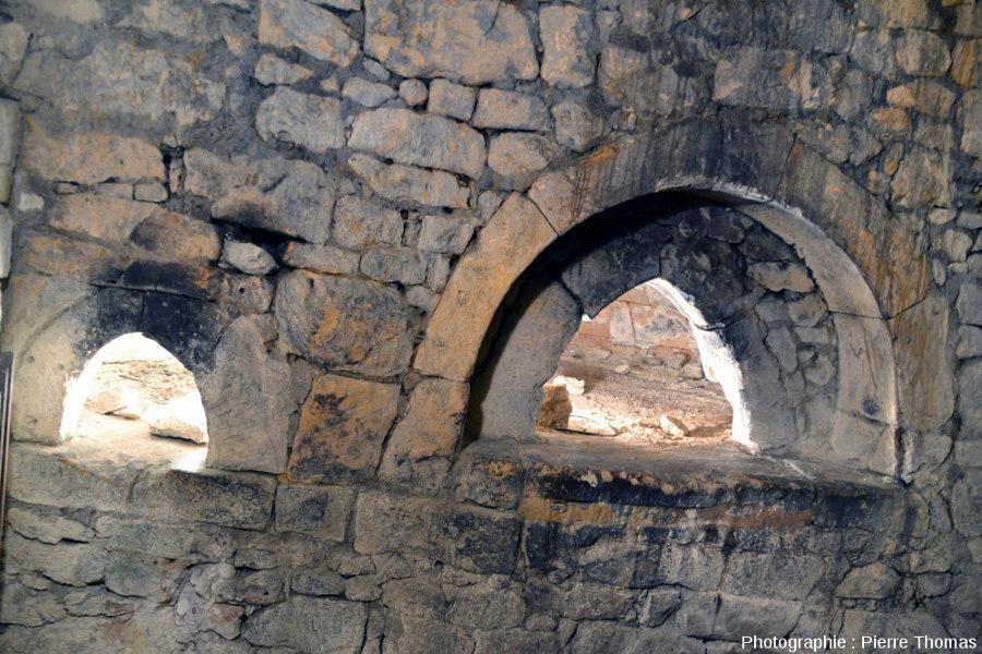 Ancien four à pain dans une habitation troglodytique abandonnée, preuve que de nombreuses cavités servaient de lieu de vie dans les siècles passés, Dénézé sous Doué (Maine et Loire)