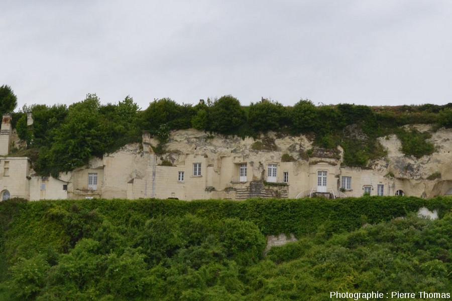 Vue d'ensemble de constructions troglodytiques réaménagées et actuellement utilisées, rive gauche de la Loire entre Montsoreau et Saumur (Maine et Loire)