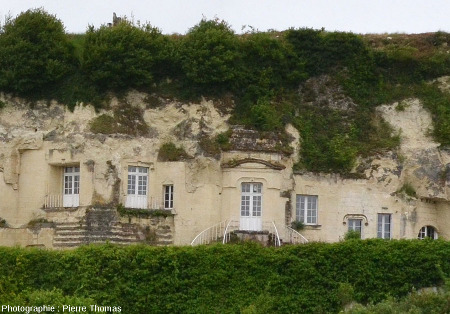 Détail de constructions troglodytiques réaménagées et actuellement utilisées, rive gauche de la Loire entre Montsoreau et Saumur (Maine et Loire)