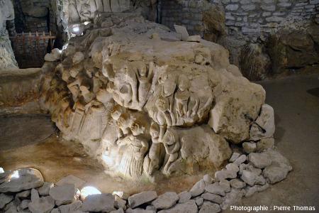 """Une """"bosse"""", laissée au centre de la cave par les excavateurs du XVIème siècle, aux parois entièrement sculptées"""