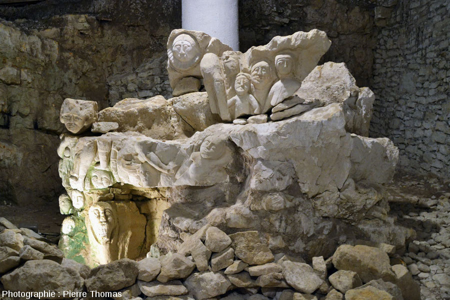 """Attaque différentielle du """"salpêtre"""" sur une """"bosse"""" au centre de la «Cave aux sculptures», Dénézé-sous-Doué, Maine et Loire"""