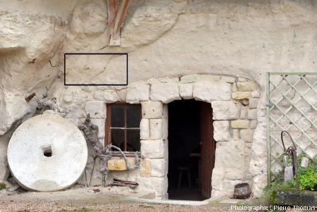 """Une paroi de tuffeau à l'entrée d'une habitation troglodytique (Cravant-les-Coteaux, Indre et Loire) montrant la présence de petits nodules couleur """"rouille"""""""