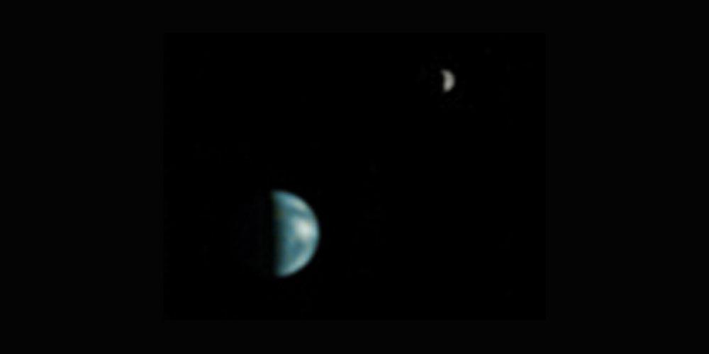 Quartiers de Terre et de Lune vus avec un téléobjectif puissant par la sonde Mars Global Surveyor depuis une orbite martienne