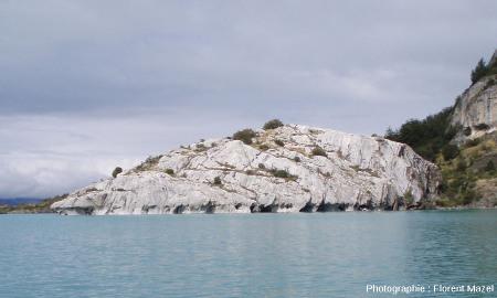 Un secteur de la côte du lac Général Carrera où l'érosion a attaqué la base d'une colline de marbre, en commençant à sculpter des cavités qui formeront, dans un futur lointain, une nouvelle cathédrale de marbre