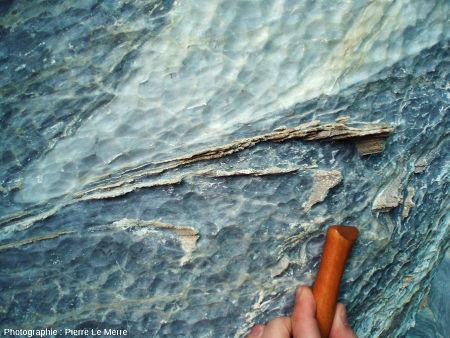Charnière de plis très resserré matérialisée par un niveau dolomitique moins érodable, cathédrale de marbre, Puerto Rio Tranquilo, Chili
