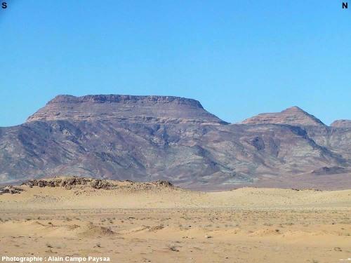 Vue éloignée sur les grès horizontaux du Paléozoïque inférieur (Cambrien) reposant en discordance sur un socle protérozoïque injecté par un réseau de dykes basaltiques de direction N-S, région d'Al Quwayra, Jordanie