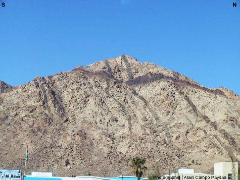 Petite colline dominant directement Al Quwayra (Jordanie) et montrant des dykes de deux directions, N-S et E-O