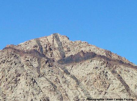 Zoom sur l'intersection des dykes E-O par un dyke N-S, colline au-dessus d'Al Quwayra (Jordanie)