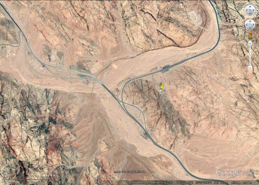 Vue verticale montrant des dykes noirâtres et rougeâtres à l'Est d'Aqaba (Jordanie)