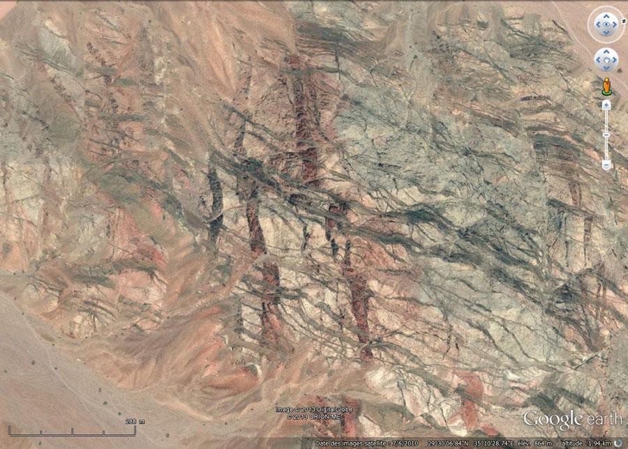 Vue verticale montrant les relations chronologiques entre les dykes N-S et les dykes E-O de la région à l'Est d'Aqaba