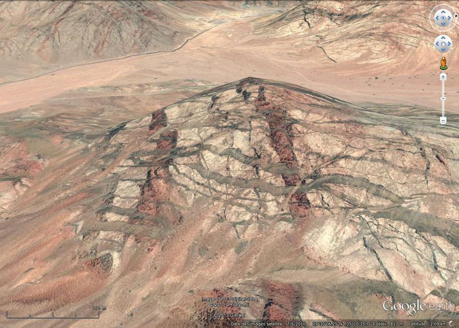 Vue oblique montrant les relations chronologiques entre les dykes N-S et les dykes E-O de la région à l'Est d'Aqaba