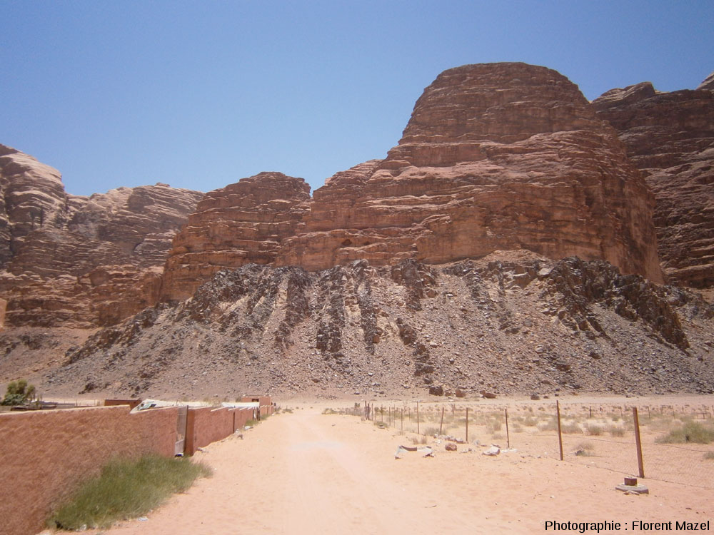 Vue globale de grès horizontaux recouvrant en discordance un socle injecté de dykes E-O, désert de Wadi Rum, Jordanie