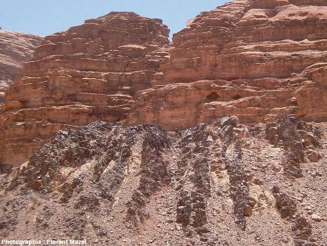 Zoom sur des grès horizontaux recouvrant en discordance un socle injecté de dykes E-O, désert de Wadi Rum, Jordanie