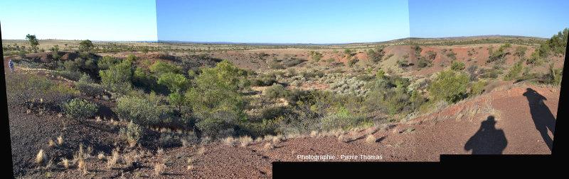 Le cratère principal du champ d'Henbury, Territoire du Nord, Australie, vu depuis son bord Sud